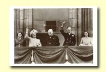 (263) The Royal Family, 1945 (modern postcard 17 x 12 cm)