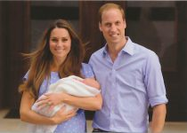 (1679) Newborn Prince George with parents, July 2013 (17 x 12 cm)