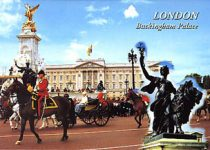 (36) Queen Elizabeth in front of Buckingham Palace (15 x 10,5 cm)