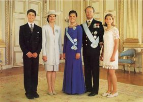 (583) The Royal Family, 1995 (21 x 15 cm)
