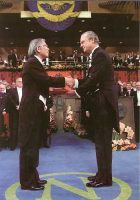 (609) King Carl Gustaf, Nobel Prize Ceremony, 2000 (21 x 15 cm)