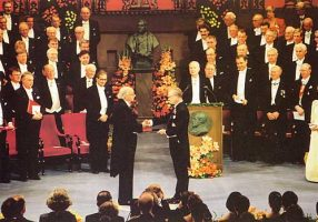 (610) King Carl Gustaf, Nobel Prize Ceremony, 1998 (21 x 15 cm)
