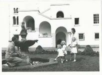 (9) Sibylla & Gustaf Adolf with 3 daughters, 1941 (Nilsson-Foto 12,5 x 9 cm)