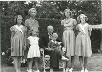 (12) Gustaf V, Sibylla & children, 1949 (Nilsson-Foto 12,5 x 9 cm)