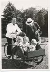 (10) King Gustaf & 3 small princess at Solliden (Nilsson-Foto 12,5 x 9 cm)