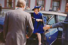 (3) Queen Beatrix (15 x 10 cm)
