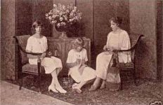(22) Queen Victoria Eugenia & daughters