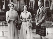 (15) Elizabeth, George VI and Margaret, Balmoral 1951 (press photo Reportagebild, 18 x 13 cm)