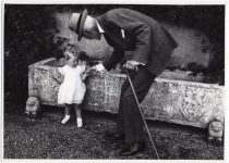 (34) King Gustaf V with Birgitta, 1938 (Nilsson-Foto, 12 x 8,5 cm)