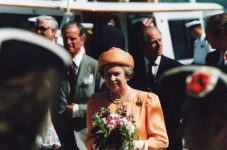 (37) Queen Elizabeth and prince Philip in USA, 1991 (15 x 10 cm)